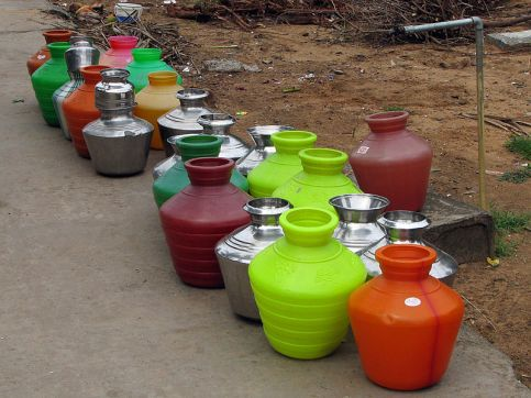 800px-India_-_Colours_of_India_-_014_-_Water_pots_lined_up_for_filling_(1396028598)