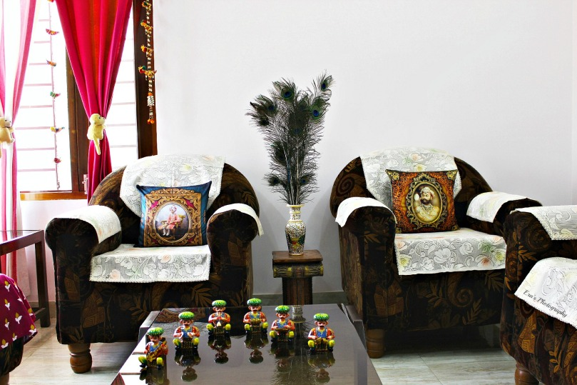 Maharaja Sir Bhupinder Singh (Left)  The beautiful hand-painted marble vase and Maharaja Sawai Sir Tukoji Rao II Holkar (Right)